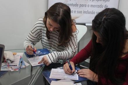 Alunas realizando cadastro nas empresas participantes do Encontro Empresarial na ESPM-SP  Foto: Luiza Cavalcante