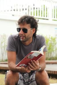 Cavalcanti mostra detalhes do seu livro Dias de Inferno na Síria Foto: Thiago Montero