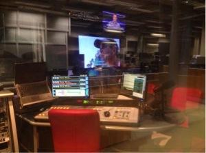 O estúdio possui dois televisores que mantêm os apresentadores informados durante o programa  Foto: Fernanda Giachini
