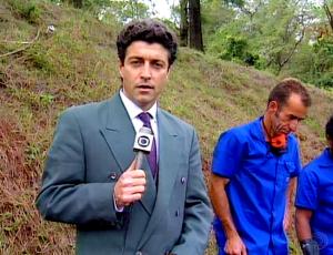 O jornalista no Cemitério de Perus em São Paulo, onde encontrou ossadas de desaparecidos políticos em 1995. Foto: Memória Globo.