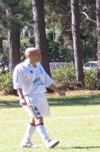 Rocha joga futebol semanalmente, em clube no Morumbi Foto: acervo pessoal